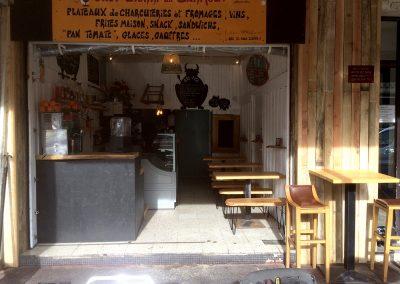 Le Barmout à Hendaye - Comptoir - Tables et chaises - Coffrage de mur en bois