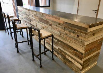 Halle Créative de Saint Jean de Luz - Bar et chaises hautes bois/tuyauterie
