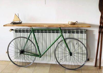 Console planche bois et vélo - Meuble sur mesure en bois